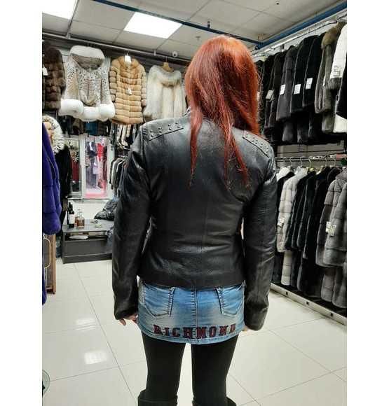 Коротка кожаная куртка с заклепками