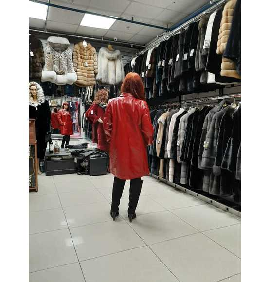 Красная длинная кожаная куртка