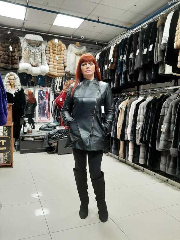 Модная кожаная куртка средней длины