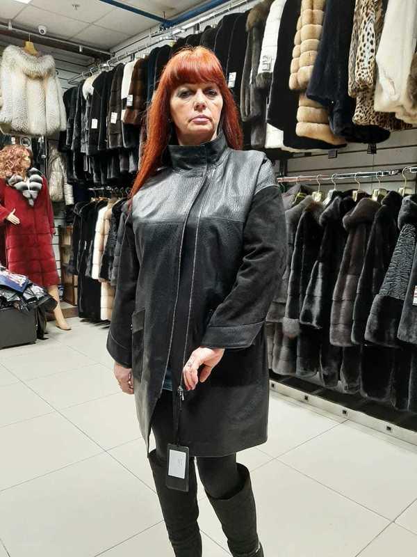 Черная женская кожаная куртка средней длинны ворот стойка
